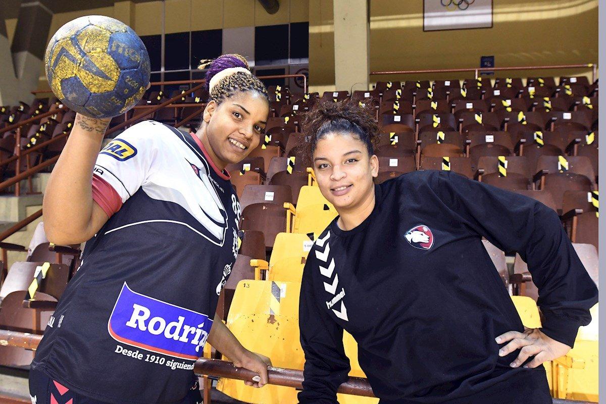 Las dos jugadoras internacionales cubanas llegadas a España, la guardameta Niurkis Mora y la pivote Arislaidy Márquez. Foto: J.Casares / EFE.