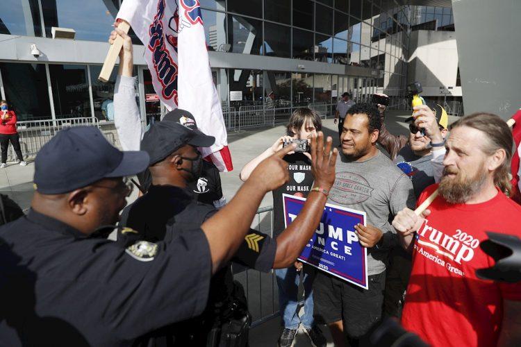 Enfrentamientos en Atlanta, Georgia, con partidarios de Trump que quisieron invadir un centro de conteo de votos el jueves 5 de noviembre de 2020. Foto: Erik S. Lesser / EFE.