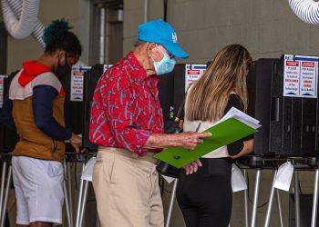 Personas llenan sus papeletas de votación en el centro de votación en Miami Beach, Florida, el martes 3 de noviembre de 2020. Foto: Giorgio Viera / EFE.