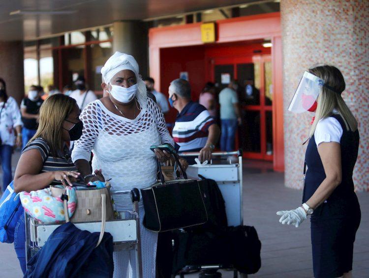 Viajeros en las afueras del aeropuerto de La Habana, tras el reinicio de sus operaciones regulares el 15 de noviembre de 2020. Foto: Yander Zamora / EFE.