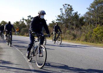 El presidente electo Joe Biden recorre en bicicleta el parque estatal Cape Henlopen en Lewes, Delaware. Foto: Alex Brandon, AP/Archivo.