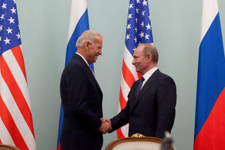 Joe Biden y Vladimir Putin (d), durante un encuentro en Moscú (Rusia), 2011. Foto: MAXIM SHIPENKOV/Archivo/EFE.