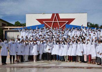 Integrantes de la nueva brigada médica cubana que trabajará en Azerbaiyán en el enfrentamiento a la COVID-19. Foto: Agencia Cubana de Noticias.
