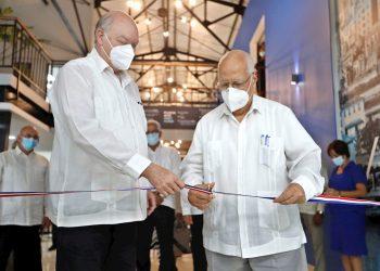 El ministro cubano de Comercio Exterior y la Inversión Extranjera, Rodrigo Malmierca (izq) y el viceprimer ministro Ricardo Cabrisas, cortan la cinta inaugural de la sede de la Ventanilla Única de Inversión Extranjera (Vuinex), en La Habana, el 3 de noviembre de 2020. Foto: Yander Zamora / EFE.