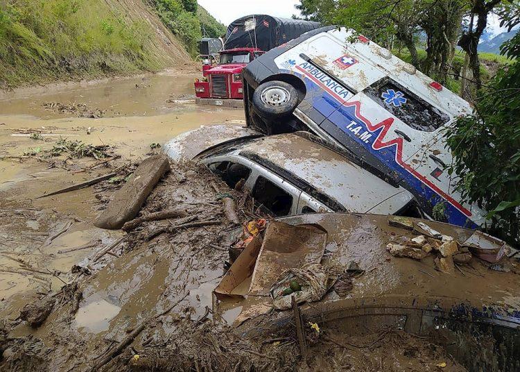 Al menos tres personas murieron este sábado en Colombia por un deslizamiento de tierra provocado por la tormenta tropical Iota. Foto: EFE.