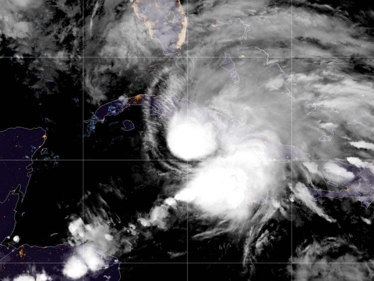 Vista satelital de la tormenta tropical Eta a punto de entrar a Cuba, en la noche del sábado 7 de noviembre de 2020. Foto: @NHC_Atlantic / Twitter.