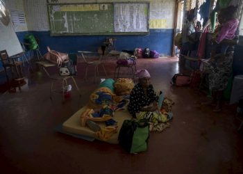 Evacuados por las lluvias del huracán Eta, en Bilwi, costa norte de Nicaragua. Foto: Jorge Torres/EFE.