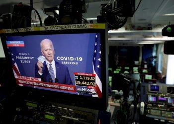 El presidente electo de EE.UU., Joe Biden, es visto durante su declaración en monitores de televisión en la sala de reuniones de la Casa Blanca en Washington, el 9 de noviembre de 2020. EFE/EPA/Yuri Gripas