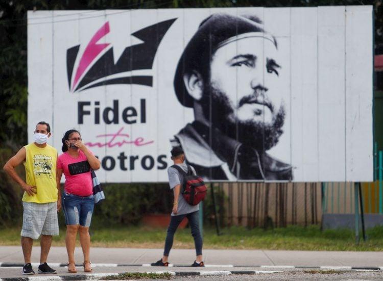 Algunos transeúntes caminan frente a una valla con la imagen de Fidel Castro en La Habana, el 25 de noviembre de 2020, día en que se conmemora el cuarto aniversario de la muerte del líder cubano. Foto: Yander Zamora / EFE.