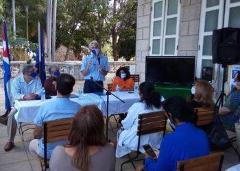 El jefe de cooperación de la Unión Europea (UE) en Cuba, Juan Garay (de pie), habla durante el acto de la firma de acuerdos en materia de salud entre el gobierno de La Habana y la UE. Foto: Tribuna de La Habana.