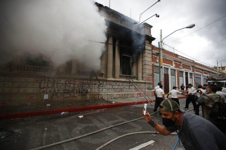 Manifestantes prendieron fuego a parte del edificio del Congreso guatemalteco el sábado 21 de noviembre. Foto: Moisés Castillo/AP.