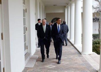 El entonces vice presidente Joe Biden, camina junto a Barack Obama por un pasillo de la Casa Blanca. Foto: AP