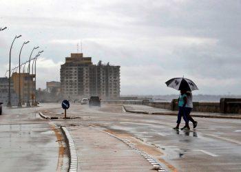 Además de la COVID-19, los cubanos han estado atentos al trayecto de la tormenta tropical Eta. Foto: Ernesto Mastrascusa/EFE.