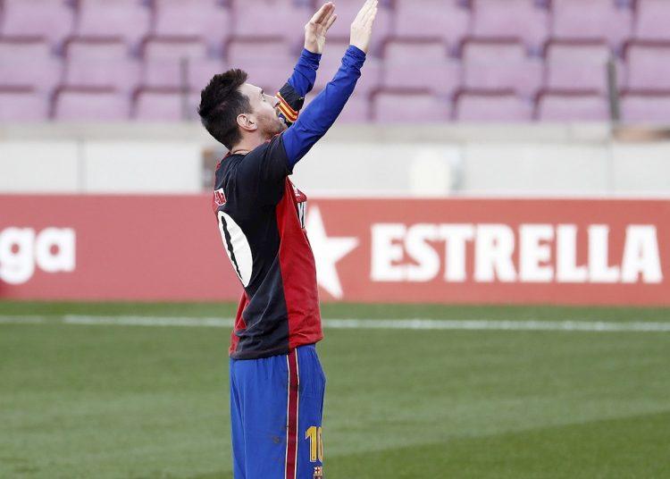 El delantero argentino del FC Barcelona Lionel Messi, celebró su gol, el cuarto de su equipo, vistiendo la camiseta del equipo argentino del Newell's Old Boys, en homenaje al recién fallecido Diego Armando Maradona, durante el partido de la Liga de fútbol jugado esta tarde en el Nou Camp contra el C.A Osasuna.- Foto: Andreu Dalmau/Efe.