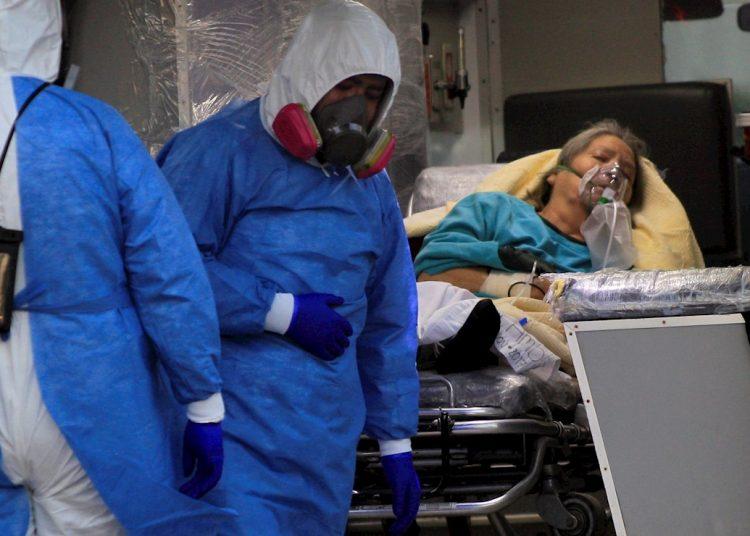 Empleados de la salud ingresan una paciente con COVID-19 hoy, al hospital General de la fronteriza Ciudad Juárez, en el estado de Chihuahua. Foto: Luis Torres/EFE.