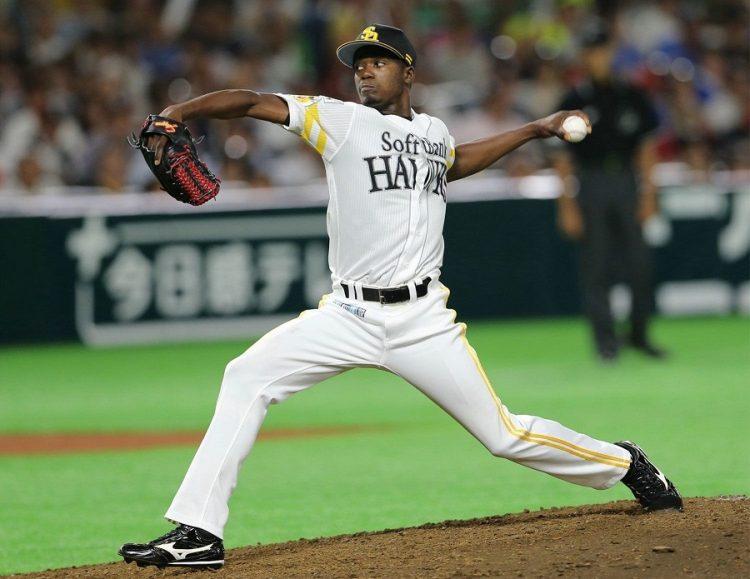 El pitcher cubano Liván Moinelo, cuatro veces campeón de la liga profesional japonesa con los Halcones de Softbank. Foto: bunshun,jp / Archivo.