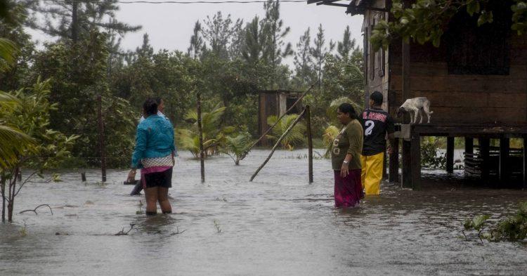 Personas abandonan sus hogares en una comunidad de la costa caribe norte en Bilwi (Nicaragua). Foto: Jorge Torres/EFE.