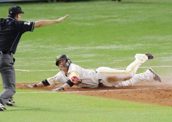 El receptor Takuya Kai, del Softbank Hawks, remolcó la carrera decisiva para los actuales campeones del béisbol japonés en el primer duelo de la postemporada 2020. Foto: Tomada de The Japan Times.