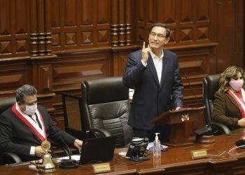 El destituido presidente de Perú, Martín Vizcarra (c). Foto: Paolo Aguilar/EFE/Archivo.