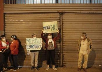 """Los manifestantes rechazaron la destitución de Vizcarra y afirmaban que Merino """"no es"""" su presidente. Foto: elcomercio.pe"""