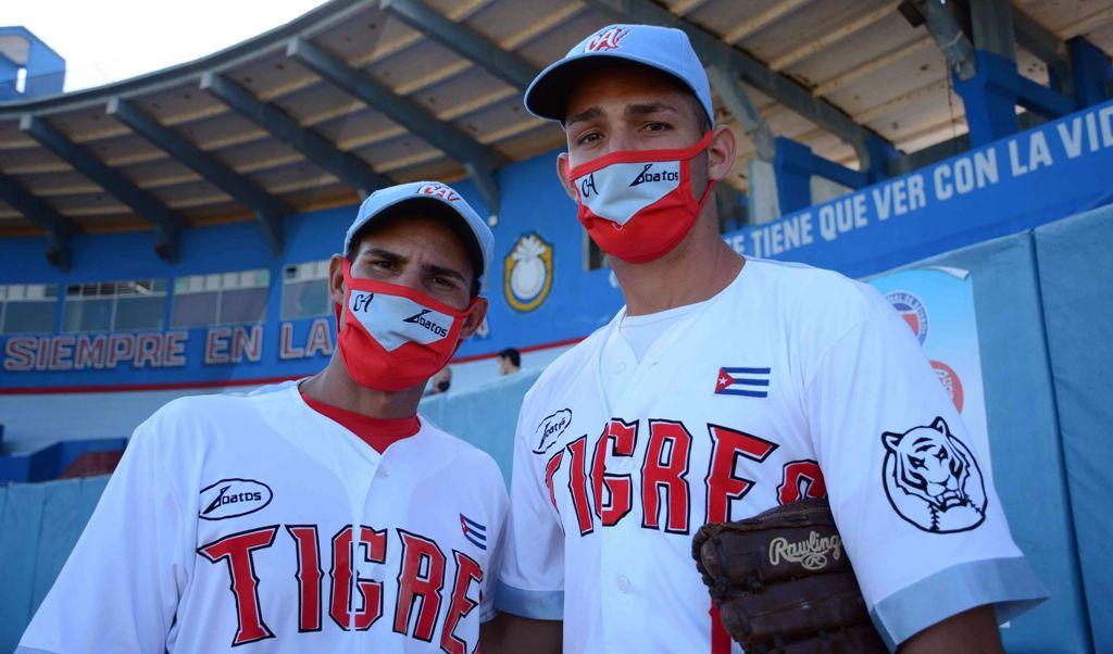 Luis Alberto Marrero (d), junto a Arnaldo Rodríguez, los dos pitchers de Ciego de Ávila autores de no hitters en la 60 Serie Nacional de Béisbol. Foto: Osvaldo Gutiérrez.