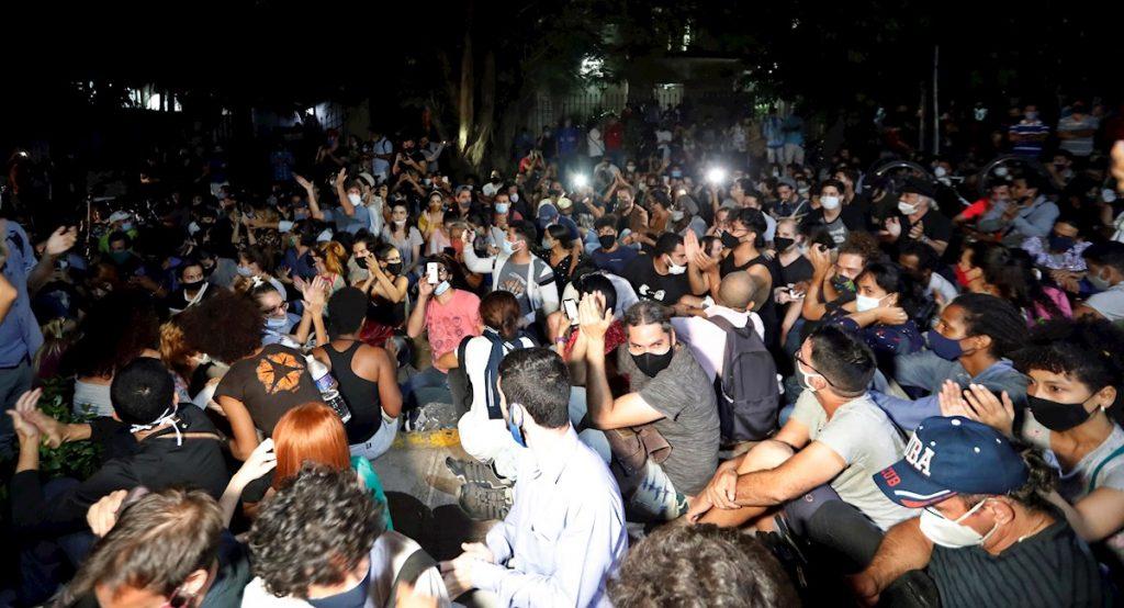 Grupo de jóvenes artistas e intelectuales cubanos que participaron en la protesta pacífica frente al Ministerio de Cultura en La Habana, Cuba, desde la mañana del 27 de noviembre de 2020 hasta la madrugada del 28. Foto: Ernesto Mastrascusa / EFE.