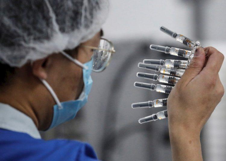 China prevé fabricar 610 millones de dosis antes de que acabe este año y 1000 millones en 2021. Foto: Foto: WU HONG/EFE/EPA.