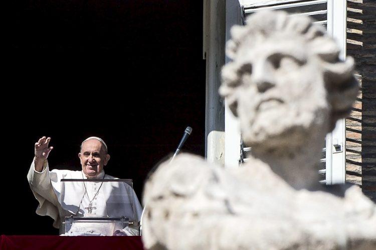 El Papa Francisco saluda a los feligreses en el Vaticano. Foto: Angelo Carconi / EFE / Archivo.