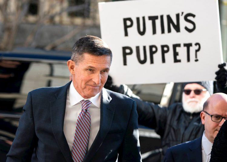 El general Flynn a la entrada del tribunal federal en Washington DC, el 18 de diciembre de 2018, para la audiencia de sentencia por mentir al FBI. | Foto:  Jim Lo Scald / EFE