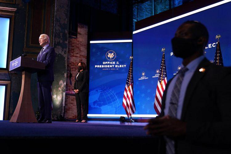 El presidente electo Joe Biden habla en el teatro The Queen el lunes 28 de diciembre de 2020, en Wilmington, Delaware. (AP Foto/Andrew Harnik)