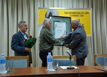 Alberto Prieto (c) recibió el Premio Nacional de Ciencias Sociales en 2019. Foto: habana.cu