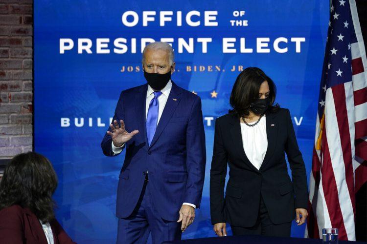 El presidente electo de Estados Unidos, Joe Biden, y la vicepresidenta electa, Kamala Harris, ambos con mascarilla por la pandemia del coronavirus, a su llegada a un acto para presentar a sus nominados y elegidos para cargos económicos, en el teatro The Queen, en Wilmington, Delaware, el 1 de diciembre de 2020. Foto: AP/Andrew Harnik.