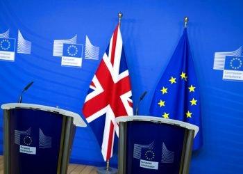 Dos tarimas están preparadas para una posible declaración conjunta luego de una cena de trabajo del primer ministro británico Boris Johnson y la presidenta de la Comisión Europea, Ursula von der Leyen, en Bruselas, 9 de diciembre de 2020. Foto: Aaron Chown/Pool via AP.