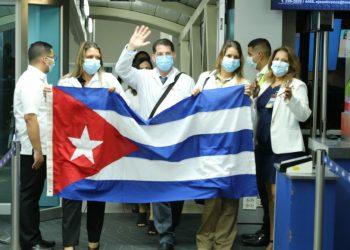 Grupo de colaboradores cubanos de la brigada médica Henry Reeve llega a Panamá. Foto: cuenta de Twitter del ministerio de salud de Panamá.