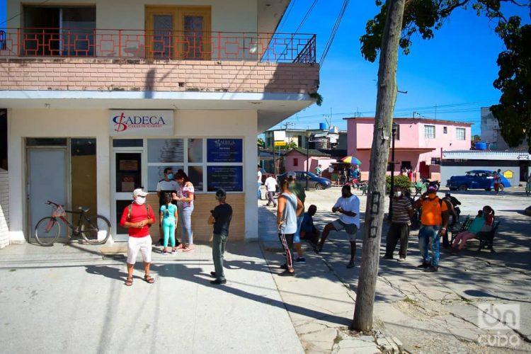 Varias personas hacen cola para cambiar dinero en una oficina de Cadeca en La Habana. Foto: Otmaro Rodríguez / Archivo.