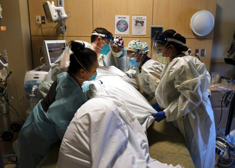Personal médico atiende a un paciente de COVID-19 en el Centro Médico Providence Holy Cross en Los Ángeles, California, el 19 de noviembre de 2020. Foto: Jae C. Hong, AP.