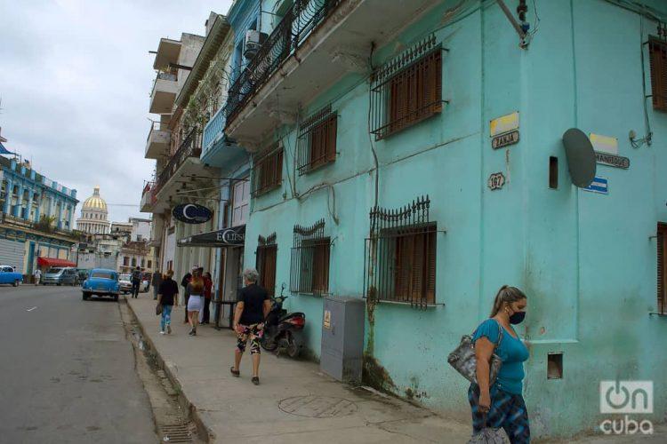 Calle Zanja, en La Habana. Diciembre de 2020. Foto: Otmaro Rodríguez.