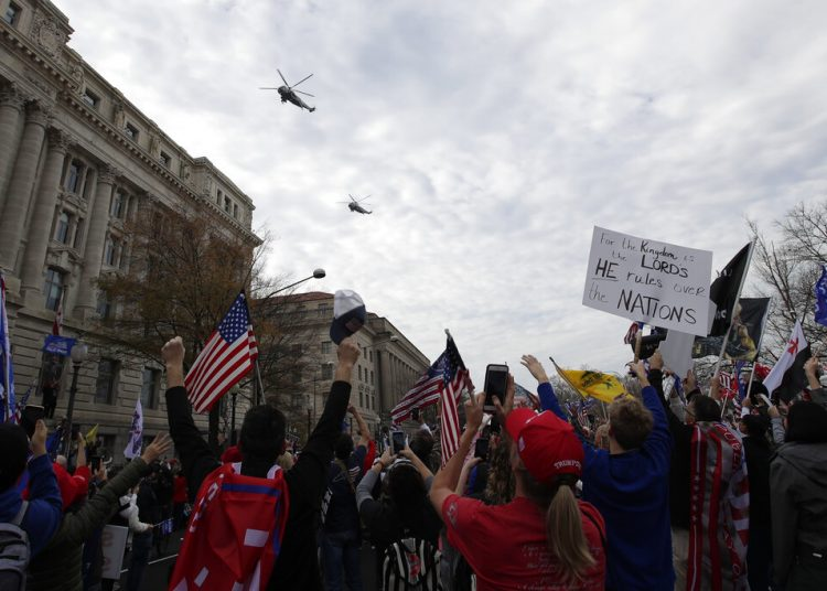 El helicóptero presidencial Marine One y otro más vuelan sobre un mitin de simpatizantes del mandatario Donald Trump, reunidos en la Freedom Plaza, Washington, D.C., el sábado 12 de diciembre. Foto: Luis M. Alvarez/AP.