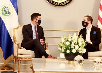 Fotografía cedida que muestra al secretario interino de Seguridad Nacional de Estados Unidos, Chad Wolf (i), y al presidente de El Salvador, Nayib Bukele (d), durante una reunión en Casa Presidencial en San Salvador, El Salvador. Foto: EFE/Cortesía Embajada de Estados Unidos.
