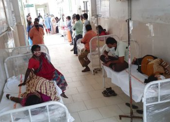 Pacientes del hospital distrital en Eluru, estado de Andhra Pradesh, India, el domingo 6 de diciembre de 2020. Foto: AP.