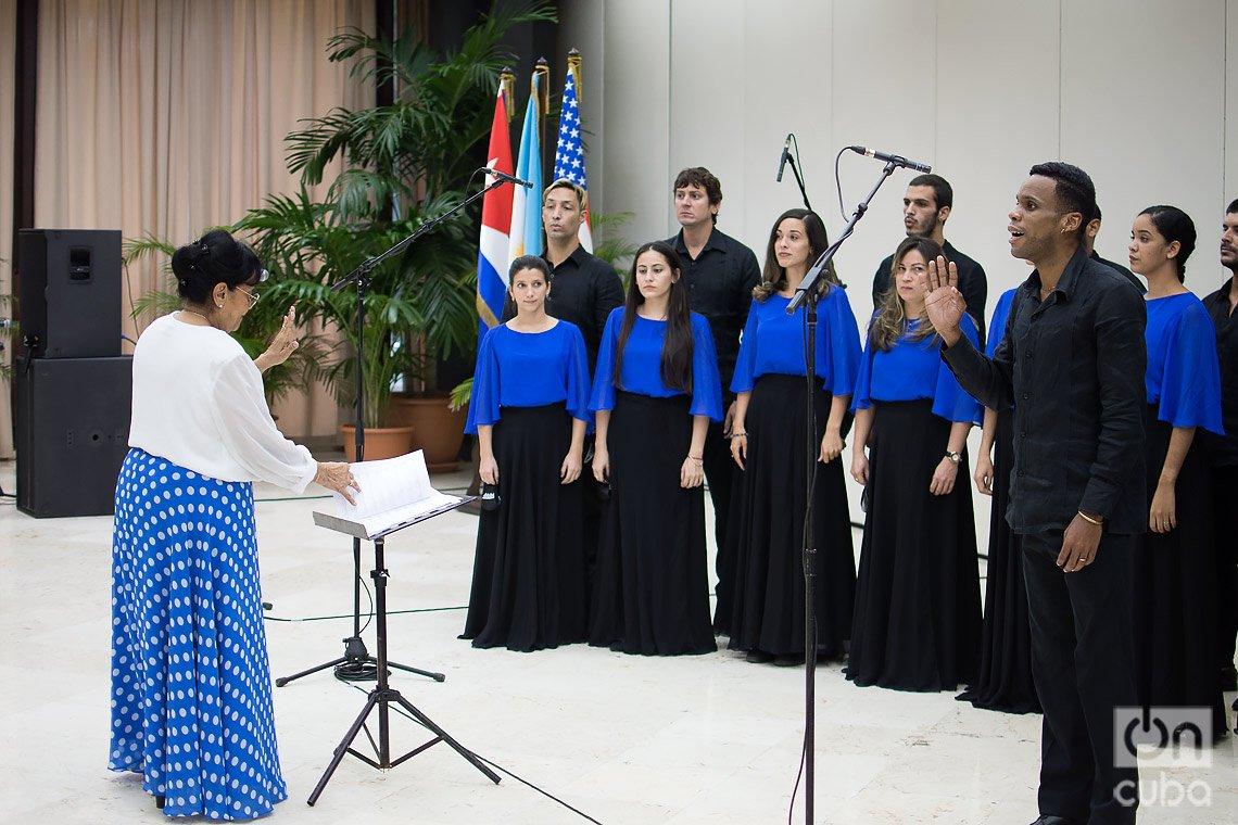 El coro Entrevoces actúa en el acto de entrega a los documentalistas Estela y Ernesto Bravo de la Distinción por la Cultura Nacional, en La Habana, el 19 de diciembre de 2020. Foto: Otmaro Rodríguez.