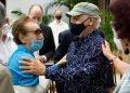 La documentalista estadounidense Estela Bravo saluda al realizador y fotógrafo cubano Roberto Chile, en el acto de entrega de la Distinción por la Cultura Nacional, en La Habana, el 19 de diciembre de 2020. Foto: Otmaro Rodríguez.