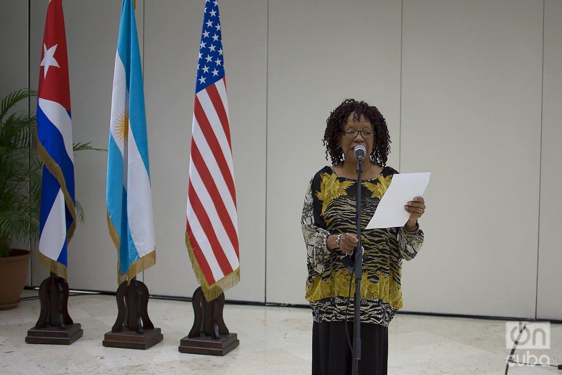 La poetisa Nancy Morejón lee las palabras de elogio a los documentalistas Estela y Ernesto Bravo, en el acto de entrega de la Distinción por la Cultura Nacional, en La Habana, el 19 de diciembre de 2020. Foto: Otmaro Rodríguez.
