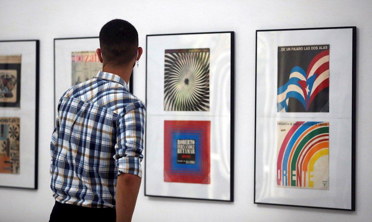 Aunque los carteles de propaganda y cine son el exponente más conocido del diseño gráfico de la Revolución cubana, una exposición reivindica ahora en La Habana la calidad de las portadas discográficas, que entre 1960 y 1990 se convirtieron en un espacio libre de creación en paralelo a la reconocida fecundidad musical de la Isla. Foto: EFE/Ernesto Mastrascusa.