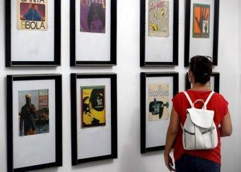 Un visitante observa varias caratulas de diversos discos en una exposición sobre portadas discográficas de entre 1960 y 1990., hoy en La Habana (Cuba). Foto: EFE/Ernesto Mastrascusa.