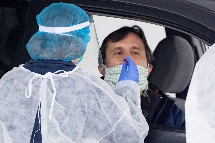 Durante diciembre los casos en el estado se han disparado y llegado a los niveles de mediados de julio. Foto: MICHAEL REYNOLDS/EFE/EPA//Archivo.