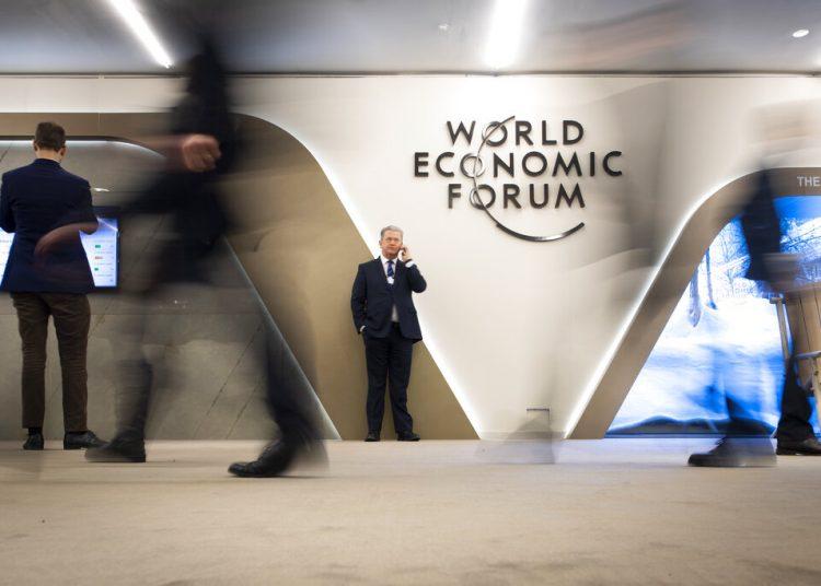 Participantes caminan por los pasillos durante el encuentro anual del Foro Económico Mundial, en Davos, Suiza. Foto: Gian Ehrenzeller/Keystone, vía AP/Archivo.