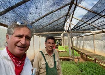 Joe García, junto al agricultor privado Fernando Funes, de la finca Marta, en la provincia Habana, especializada en productos orgánicos. | Cortesía de Joe García.