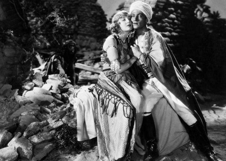 """Rodolfo """"Rudy"""" Valentino en el filme """"El hijo del Sheik"""" (1926) del director George Fitzmaurice."""