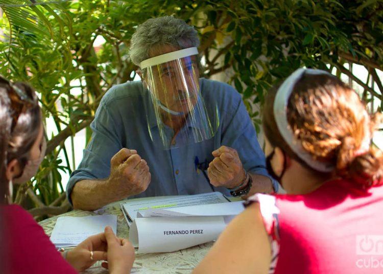 El maestro Fernando Pérez, Premio Nacional de Cine, durante una sesión de asesoría en el coworking audiovisual Varentierra, organizado por la productora WajirosFilms en su sede de La Habana, con jóvenes realizadores cubanos. Foto: Otmaro Rodríguez/Archivo OnCuba.